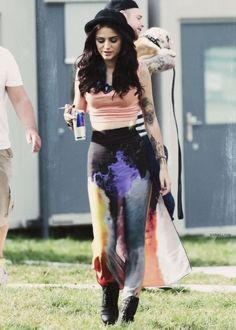 Cher Lloyd has a sigorett in her hand! REALLY!!! Quit cher quit please