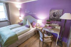 Waldruhe - Bett, Frühstück & ein Lächeln Bed And Breakfast, Vanity, Mirror, Furniture, Home Decor, Bed Ideas, Dressing Tables, Powder Room, Vanity Set