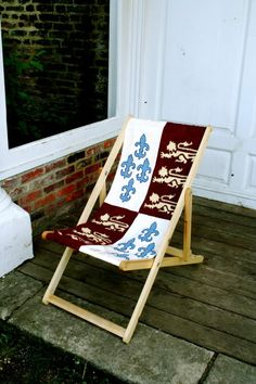A deck chair in medieval style. Probably not historically correct, but it looks nice! Deck Chairs, Outdoor Chairs, Outdoor Decor, Woodworking Magazine, Diy Woodworking, Larp, Renaissance, Viking Camp, Medieval Furniture