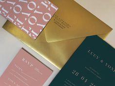 Faire part de mariage sur mesure dans le svert profond, un carton RSVP rose et une enveloppe or, le tout avec une typo ultra moderne