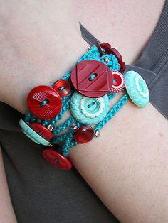 Button Bracelet - Crochet and Buttons - how cool is that!!! Inspiracion ✭Teresa Restegui http://www.pinterest.com/teretegui/ ✭