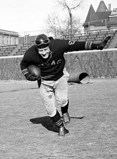 1908 - Bronko Nagurski was born. Bronko Nagurski, who came out of retirement to help the Chicago Bears win the Western title of the National pro football league, works out for the title game. Nfl Chicago Bears, Bears Football, Sport Football, School Football, Football Players, Sports Images, Sports Pictures, Best Running Backs, Nfl Hall Of Fame
