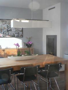 VT wonen, houten tafel, zwarte stoelen en grote lamp
