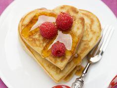Kleine Herz-Pfannkuchen mit Himbeeren und Ahornsirup   Zeit: 20 Min.   http://eatsmarter.de/rezepte/kleine-herz-pfannkuchen-mit-himbeeren-und-ahornsirup