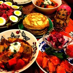 生ビーツを見つけたのでロシア料理を作りました♬  ☆ボルシチ ☆ブリヌイ(ロシア風パンケーキ)  イクラ、スモークサーモン、紫タマネギと紫キャベツのマリネ添え ☆ビーツとじゃがいものサラダ - 238件のもぐもぐ - 今夜はロシア料理です♪( ´▽`) by ようどん