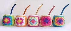 Mate cerámica con funda crochet — quemonono Crochet Mug Cozy, Crochet Home, Diy Crochet, Crochet Jar Covers, Bohemian Gypsy, Crochet Flowers, Crochet Patterns, Diy Crafts, Knitting