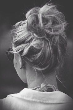 Messy Hairstyles for long hair: High bun, loose braids, ponytails, tiny braids, fishtails and loose hair.