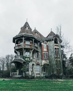 Abandoned Mansion For Sale, Old Abandoned Houses, Abandoned Castles, Abandoned Mansions, Abandoned Places, Old Houses, Abandoned Ohio, Abandoned Warehouse, Abandoned Property