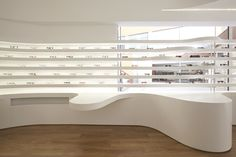 Optical shop fits out interior design whole wood furniture by pure white display shelves and curved Design Furniture, Wood Furniture, Visual Merchandising, Global Design, Modern Design, Display Shelves, Shelving, Optical Shop, Shop House Plans