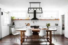 10 steps for modern kitchen decoration For those who experience the excitement of decorating their new home, for those who want to renew their excitem. Beautiful Kitchens, Cool Kitchens, Kitchen Storage, Kitchen Decor, Best Kitchen Layout, Wall Cladding, Modern Kitchen Design, Decor Styles, Interior Design