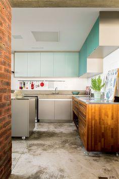 Apartamento com jeito de casa tem parede de tijolo e grafite no hall de entrada