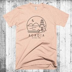 This women's racerback tank resembles the wooded mountains and rock beaches of Acadia National Park along the beautiful Maine coast. The original line illustration depicts Jordan Pond within Acadia National Park and the iconic Shirt Logo Design, Tee Design, T Shirt Logo, T Shirt Print, Creative T Shirt Design, Cool Shirt Designs, T Shirt Hipster, Rockabilly Stil, Cool T Shirts