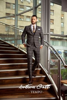 Costumul slim in carouri este inspirat din stilul clasic si imbina liniile minimaliste cu formele moderne, usor adaptabile contextului urban. Fiind extrem de versatil, acesta poate fi elementul cheie in crearea unor outfit-uri office impecabile.  Costumul este realizat din stofa de cea mai buna calitate cu un continut bogat in lana si este special conceput pentru barbatul contemporan care doreste sa tina pasul cu tendintele. Stilul Clasic, Double Breasted Suit, Suit Jacket, Urban, Costumes, Suits, Casual, Jackets, Style