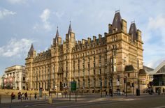 Built as a railway hotel in 1871 by the London and North Western Railway the hotel served Lime Street railway station. The design was by Alfred Waterhouse. Round Arch, North Western, French Chateau, Empire Style, British Isles, Big Ben, Liverpool, United Kingdom, Lime