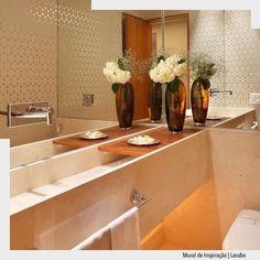 O destaque neste lavabo está para a Cuba retangular esculpida em mármore. Nas paredes espelho e papel de parede valorizam todo o ambiente.  Arquiteturade #arquiteturadecoracao #olioli_lifestyle #adlavabo