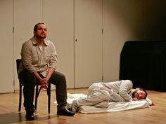 """Sob direção e adaptação de Rodrigo Haddad, a peça """"The Pillowman"""" reestreia na quinta, 14, no Teatro Cultura Inglesa de Pinheiros. Encenada em inglês, conta a história de um escritor suspeito de assassinato por ser autor de contos que guardam semelhanças com os crimes."""