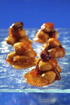 Ingredience: cukr krupice 250 gramů, ořechy lískové 200 gramů (lze použít i loupané mandle nebo jiné ořechy, např. vlašské, para, pekanové, makadamové), voda 2,5 decilitru.