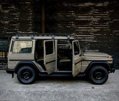 Based in Kawasaki, Japan, Arrows is a workshop brilliantly updating classic Mercedes with their Classic Line treatment. They specialize in returning the Mercedes-Benz E-Class and the Mercedes G-Wagen back to their purest form, as seen by this beaut Mercedes G Wagen, Mercedes Benz G500, Mercedes Benz G Class, Benz E Class, Range Rover Car, Jeep Sport, Bone Stock, Retro Cars, Vintage Cars