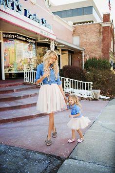Confira 35 looks de inspiração mãe e filha. A brincadeira tal mãe, tal filha é um momento de diversão e fofura entre mãe e filha.