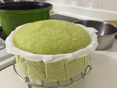 Yield: One round cake 圆蛋糕 Ingredients: 2 eggs, separated, room temperature fine sugar milk*, room temperature. Pandan Cupcakes Recipe, Pandan Cake, Matcha Cake, Kinds Of Desserts, Asian Desserts, Chinese Desserts, Chinese Cake, Chinese Food, Chinese Egg