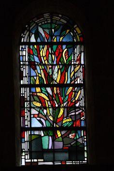 Brandend braambos, Raam in de OL Vrouwe Munsterkerk te Roermond  De maagdelijkheid van de moeder Gods. Volgens de schildering in het oude testament verscheen God aan Mozes in een brandend braambos, dat door het vuur niet werd verteerd. Dit motief werd een van de meest geliefde symbolen van Marias maagdelijkheid. Daan Wildschut, 1987   Stained glass window by Daan Wildschut, 1987, in the OL Vrouwe Munsterkerk te Roermond.