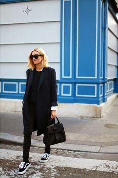 8 Provas que o Vans Old Skool pode deixar seu look bem mais style. Blazer risca de giz, t-shirt preta, calça preta, tênis preto