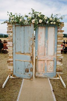 On your big day lots of things matter: your outfits, decorations and lots and lots of other things, and I'd say that a backdrop is one of the most important ones. An old door can become an amazing backdrop for various parts of your big day: from your ceremony...