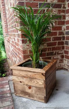 If you're looking for projects that you can start and finish in just a weekend's time, look no further than Outdoor Wood Projects. This collection of 25 Best DIY Outdoor Wood Projects Design Ideas can be c Indoor Planter Box, Wood Pallet Planters, Diy Planter Box, Planter Ideas, Pallet Wood, Wooden Pallets, Mailbox Planter, Brick Mailbox, Diy Planters Outdoor