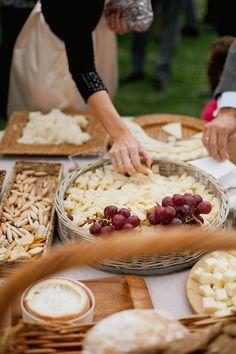 Poner un carro de quesos es magnifico para el aperitivo. Acompañar con uvas