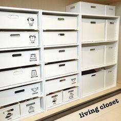 いつでも人を呼べるスッキリ片付いた部屋に憧れますよね。何度片付けても散らかってしまう、という悩みは多いもの。常に片付いた部屋を保つ収納のコツを紹介します。 Creative Storage, Craft Storage, Storage Shelves, Storage Spaces, Locker Storage, Closet Labels, Wardrobe Storage, Japanese Interior, Shelf Design