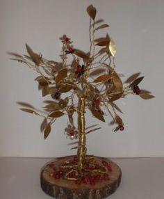 Χειροποίητο μπρούτζινο δέντρο 35Χ30 εκατοστά με χάλκινα λουλούδια και κόκκινες κρυστάλλινες χάντρες σε κορμό δέντρου με κόκκινα κοράλια και υγρό γυαλί