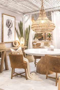 Yaana Pendant light by Uniqwa! Featured at the 2018 #decoranddesign show 💫🙌🏼 We love the rattan weaving on this statement pendant! ✔️✔️✔️ Also featuring Uniqwa's ➳ St James Dining Table ➳ Barbados Console Table ➳ Guatemala Dining Chair ➳ Africa Wall Art 1 ➳ Lulu Mirrors ➳ 🙌🏼❤️