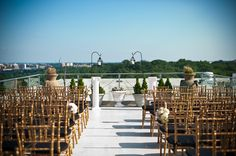 Outdoor wedding ceremony at Top of the Town |  Spring Northern Virginia Wedding at Top of the Town | Images: Kirsten Marie Photography | #virginiaweddings #springweddings