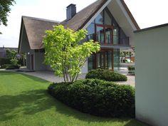 #Exclusievetuin- strakketuin – modernetuin – tuinontwerp – architectuur – tuinarchitect – studiokeesmarcelis –Hora – Denkersintuinen- Stoeterij- terras- grasveld - landschap – beplanting -plantvakken-buitenmeubels-meerstammige bomen- lounge set – genieten - exclusiviteit – zwambad – landscaping – stalenpoort – bestrating-staptegels- tuin – tuinen