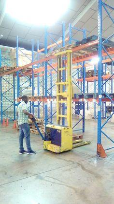 Curso abierto de Carretillas Elevadoras en nuestras instalaciones de Getafe (Madrid) ejercicio de estiba en estantería con Apilador