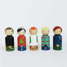5 camper peg dolls with felt sleeping bag // camper por PegandPlum
