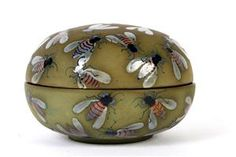Dybdal. Lågterrin med bier af keramik. Signeret samt dateret i bund 1983. Ø. 18 cm. H. 13 cm. Fremstår med minimale afslag.