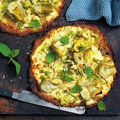 Broccoli som botten ger både smak och färg. Toppa med kronärtskocka, färsk vitlök och salt fetaost. Passar lika bra som tilltugg före maten som till huvudrätt. Pizzan är helt glutenfri om glutenfria havregryn används.