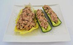 Tonijnsalade Ingrediënten voor een lunch van 4 personen: 300 gram uitgelekte tonijn (2 blikken) 50 gram mayonaise 50 gram Griekse yoghurt 100 gram augurk 15 gram kappertjes ½ tl gedroogde dille ½ tl citroensap peper en zout 2 komkommers