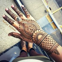 My favorite way to kill time while waiting for a flight!  #maplemehndi #henna #Mehndi #hennaartist #hennadesign #hennaart #hand #airpot #boston #loganairport #bostonlogan #travel #traveler #travelingartist