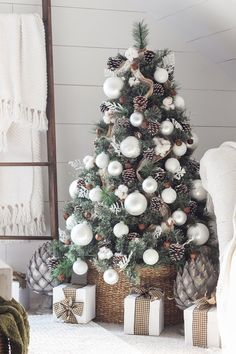 Absolutely Stunning White Christmas Tree Decorating Ideas A little bit merry and bright, bring in the wonder and magic of the holiday season with white Christmas tree decor for a sophisticated look. Christmas Tree Inspiration, Christmas Tree Themes, Noel Christmas, Xmas Decorations, Winter Christmas, Christmas Crafts, Magical Christmas, Frugal Christmas, Christmas Pictures