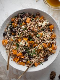 This warm winter farro salad is hearty and nourishing. Butternut squash, goat cheese, cranberries and pecans make this irresistible. Roasted Butternut Squash Cubes, Cooking Recipes, Healthy Recipes, Yummy Recipes, Vegetarian Recipes, Vegetarian Dish, Veggie Recipes, Healthy Meals, Healthy Food