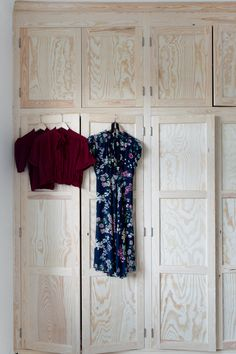 Platsbyggd garderob. Photo: Jessica Silversaga Entry Stairs, Entry Hallway, Fitted Wardrobes, Folding Doors, Diy Frame, Location, Woodworking Plans, Dressing, Diys