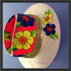 Complementa tu pinta con este genial accesorio. Sombreros pintados a mano. Drawing Hats, Painted Hats, Fabric Painting, Beret, Caps Hats, Mosaic, Tropical, Girly, Diy Projects