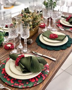 Decorating a table for the holidays can help make your Christmas dinner even more cheerful. In preparation for the upcoming holiday season, we've rounded up sophisticated perfect Christmas table decorations ideas for holiday. Christmas Dining Table, Christmas Fireplace, Christmas Table Settings, Christmas Tablescapes, Farmhouse Christmas Decor, Holiday Tables, Holiday Parties, Gingerbread Christmas Decor, Christmas Table Decorations