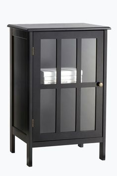 Sengebord/skab der også kan bruges i entre eller stue. Af MDF med vitrinedør af glas. En hyldeflade i skabet, flytbar i 3 trin. Højde 73 cm. Bredde 47 cm. Dybde 39 cm. Leveres usamlet. <br><br>
