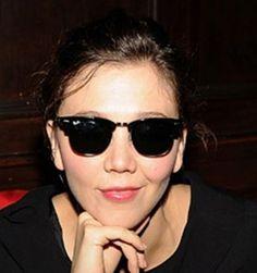 2b47c26c6a7d53 Maggie Gyllenhaal, la soeur de Jake, porte des  Ray-Ban Clubmaster http