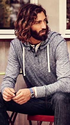 Beachwaves on medium long hair for a man. Sporting an elegant beard. // Des ondulations sur cheveux longs pour homme. Le modèle porte une élégante barbe.
