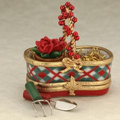 Limoges garden holiday basket box Jewelry Dresser, Holiday Baskets, Ceramic Boxes, Picnic Baskets, Music Boxes, Christmas Figurines, Pretty Box, Glass Boxes, Tiny Treasures