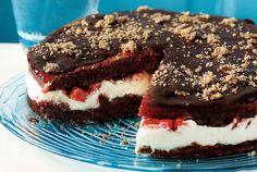 Τούρτα σοκολάτας µε κρέµα και φράουλες